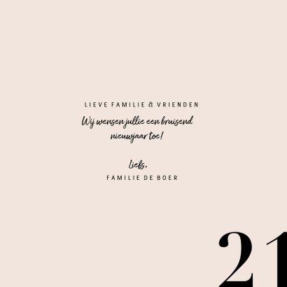 Stijlvolle nieuwjaarskaart met champagnefles en 2021 3