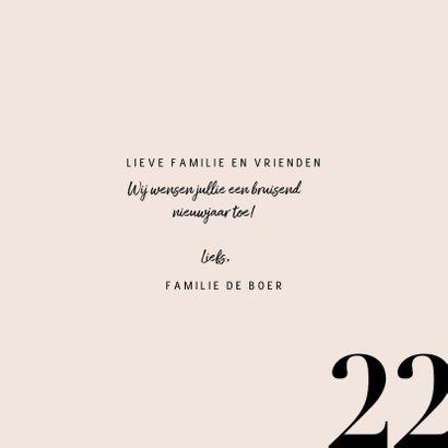 Stijlvolle nieuwjaarskaart met champagnefles en 2022 3