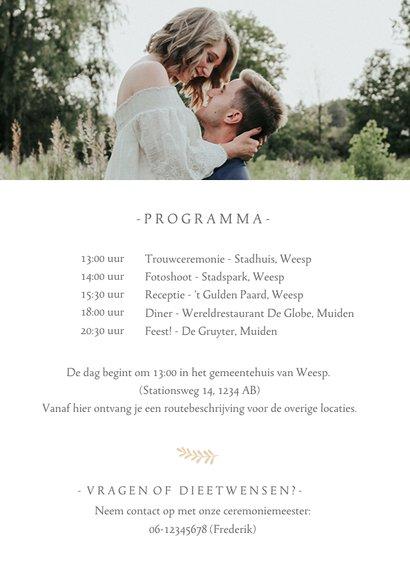 Stijlvolle staande trouwkaart met grote foto en eigen namen 2