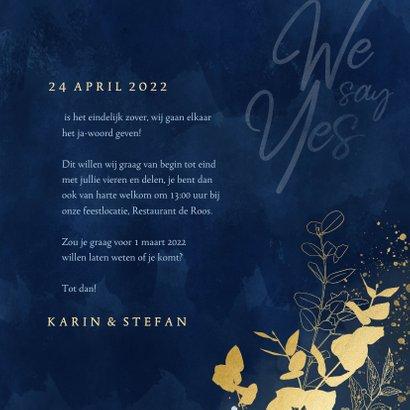 Stijlvolle trouwkaart blauwe waterverf gouden eucalyptus 3