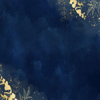 Stijlvolle trouwkaart blauwe waterverf gouden eucalyptus Achterkant