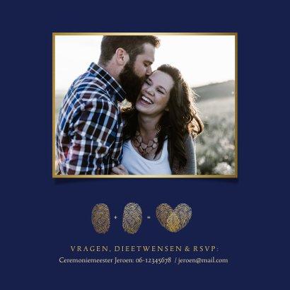 Stijlvolle trouwkaart vingerafdrukken in gouden hartje 2