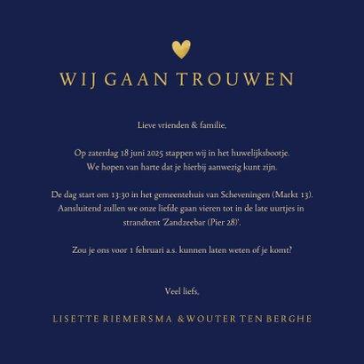 Stijlvolle trouwkaart vingerafdrukken in gouden hartje 3
