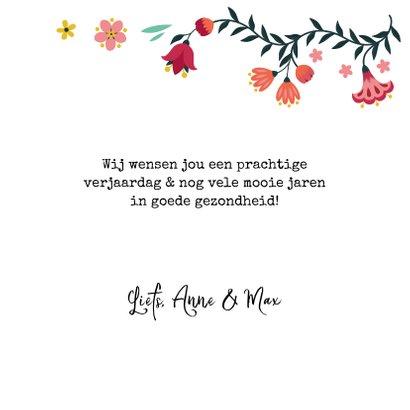 Stijlvolle verjaardagskaart met vlinder en bloemen 3