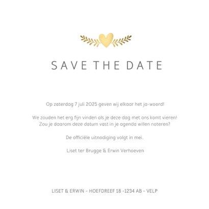 Stijlvolle witte Save the Date kaart met gouden duifjes  3