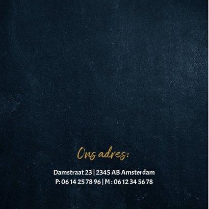 Stoer donkerblauw geboortekaartje met goud hartje en sterren 2