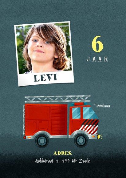 Stoer kinderfeestje kaart jongen met brandweerauto en foto 2