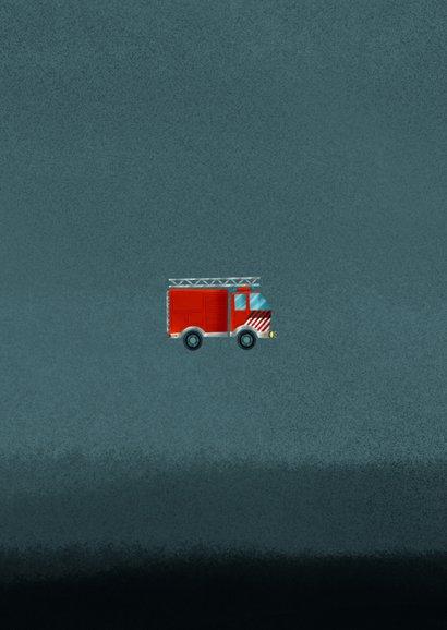 Stoer kinderfeestje kaart jongen met brandweerauto en foto Achterkant