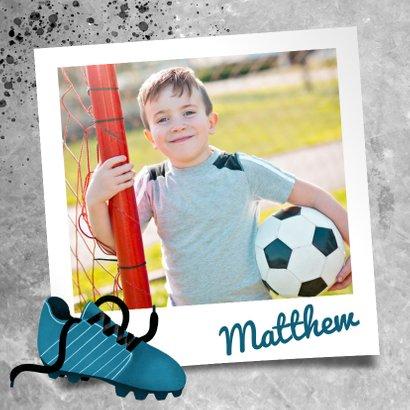 Stoere felicitatiekaart met beton en voetbal voor een jongen 2
