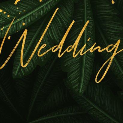 Trouwkaart jungle bladeren met gouden 'wedding' 2