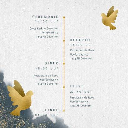 Trouwkaart met blauwe waterverf, gouden duiven en typografie 2