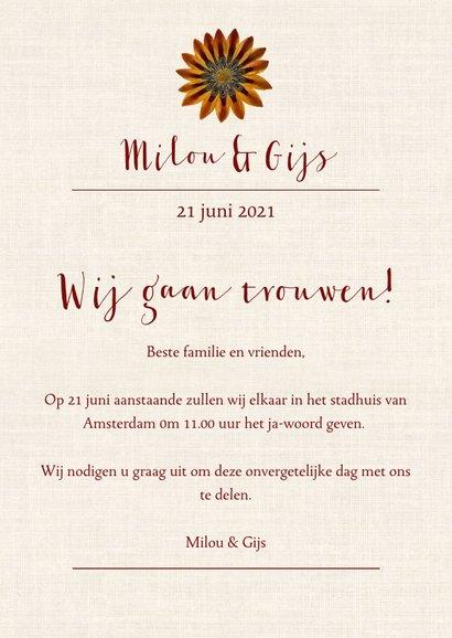 Trouwkaart met krans van vrolijke vintage bloemen 3