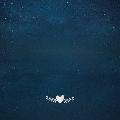 Trouwkaart met  silhouet van een bruidspaar in volle maan Achterkant