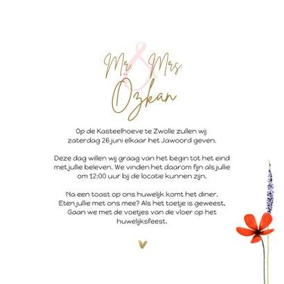 Trouwkaart met zomerse bloemen en gouden hartjes 3