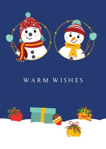 Twee vrolijke sneeuwpoppen versieren de kerstboom 2