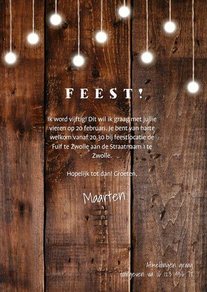 Uitnodiging hout met hangende lampjes en foto's 3