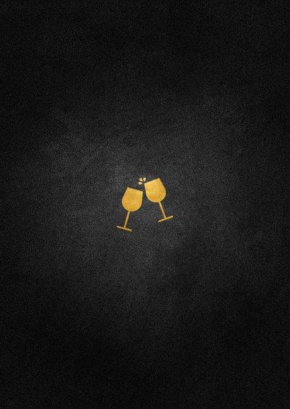 Uitnodiging kerstborrel met proostende glazen goud Achterkant