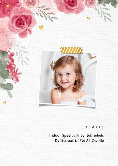 Uitnodiging kinderfeestje meisje bloemen hartjes goud 2