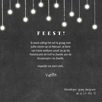 Uitnodiging krijtbord met hangende lampjes en foto's 3