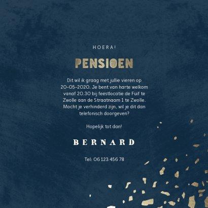 Uitnodiging pensioen donkerblauw met terrazzo patroon 3