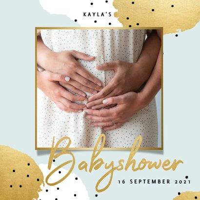 Uitnodiging voor een babyshower met gouden en witte stipjes 2