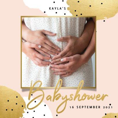 Uitnodiging voor een babyshower met gouden en witte stippen 2