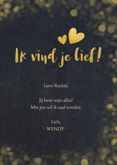 Valentijnskaart krijtbord met gouden hartjes en confetti 3