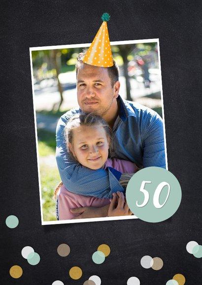Verjaardag uitnodiging fotocollage krijtbord met confetti 2