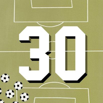 Verjaardagskaart 30 jaar man groen voetbalveld en ballen 2