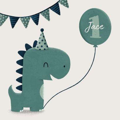 Verjaardagskaart dinosaurus met vlagjes en hoedje 2