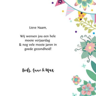 Verjaardagskaart met leuke prinses met cadeau en bloemen 3