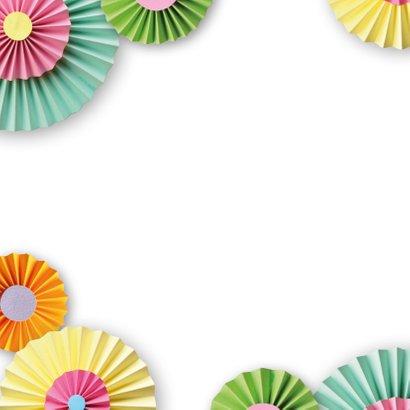 Verjaardagskaart met rozetten en confetti 2