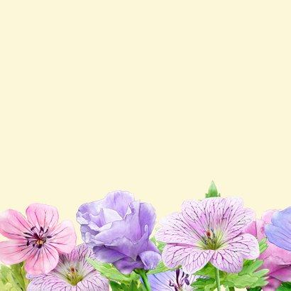 Verjaardagskaart met tekening van blauwe en roze bloemen 2
