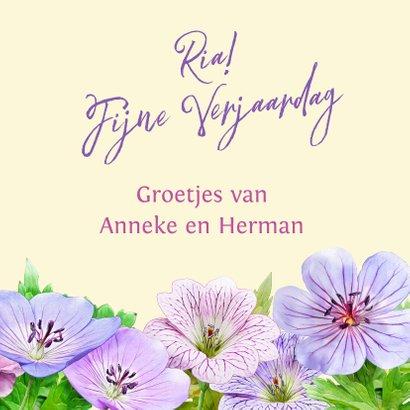 Verjaardagskaart met tekening van blauwe en roze bloemen 3