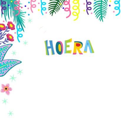 Verjaardagskaart met vrolijke flamingo, slingers en bloemen 2
