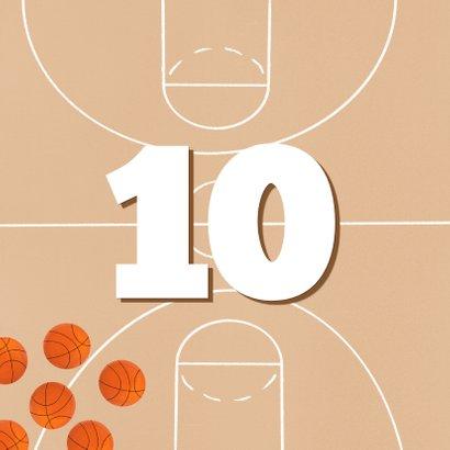 Verjaardagskaart oranje basketbalveld aan te passen leeftijd 2