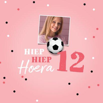 Verjaardagskaart voetbal voetbalveld meisje confetti bal 2