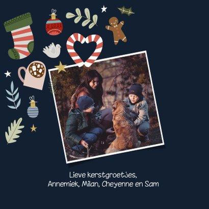 Vrolijke en hippe kerstkaart met kerst illustraties 2