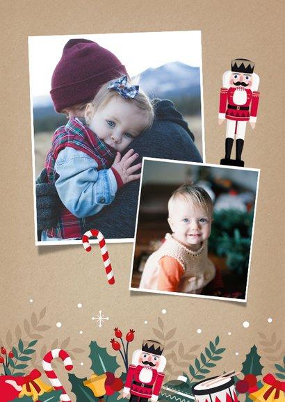 Vrolijke kerstkaart met grote foto en kerstfiguurtjes rondom 2