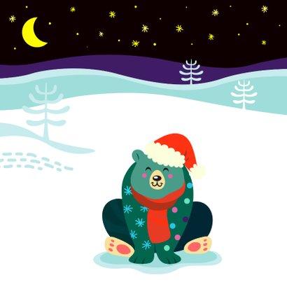 Vrolijke kerstkaart met kleurrijke beer in de sneeuw 2