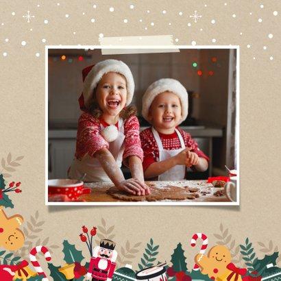 Vrolijke kerstkaart met notenkraker, hulst en eigen foto's 2