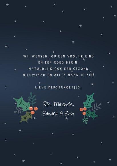 Vrolijke kerstkaart met rendier en versiering 3