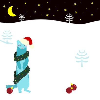 Vrolijke kerstkaart met wasbeer en fret die boom optuigen 2