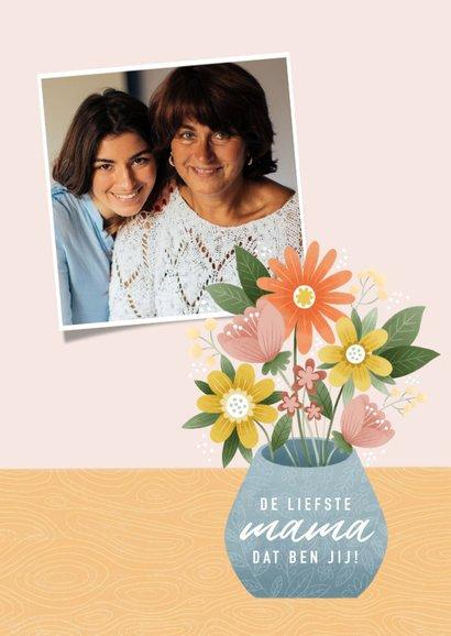 Vrolijke moederdag kaart bosje bloemen in vaas op tafel 2