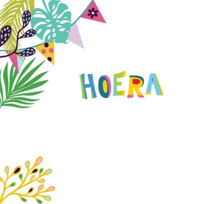 Vrolijke verjaardagskaart met alpaca's, slingers en bloemen 2
