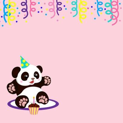 Vrolijke verjaardagskaart met panda, cupcake en slingers 2