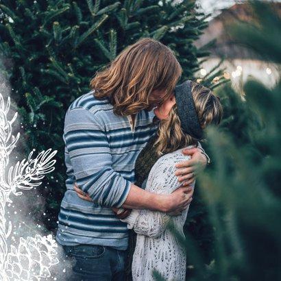 Weihnachtskarte mit weißen Tannenzapfen und Fotohintergrund 2