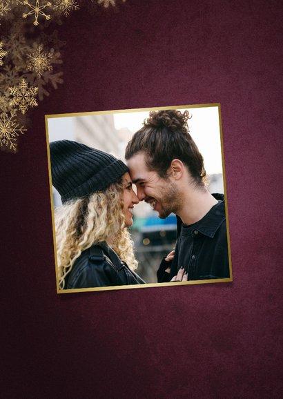 Weinrote Weihnachtskarte mit Foto und Schneeflocken 2