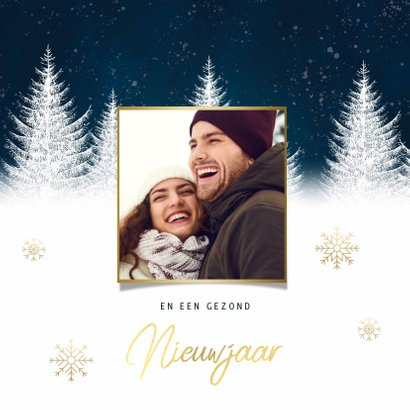 Winterse kerstkaart met bomen sneeuwvlokken fijne feestdagen 2