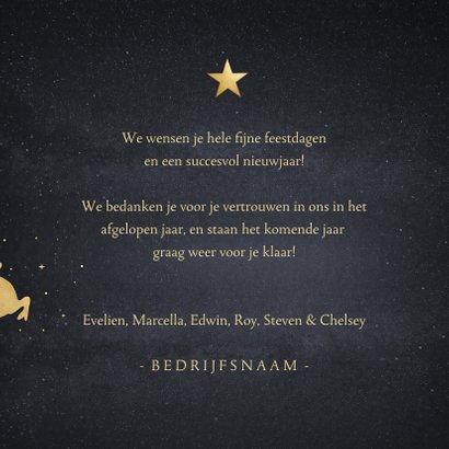 Zakelijke kerstkaart met goud silhouet van kerstman in slee 3